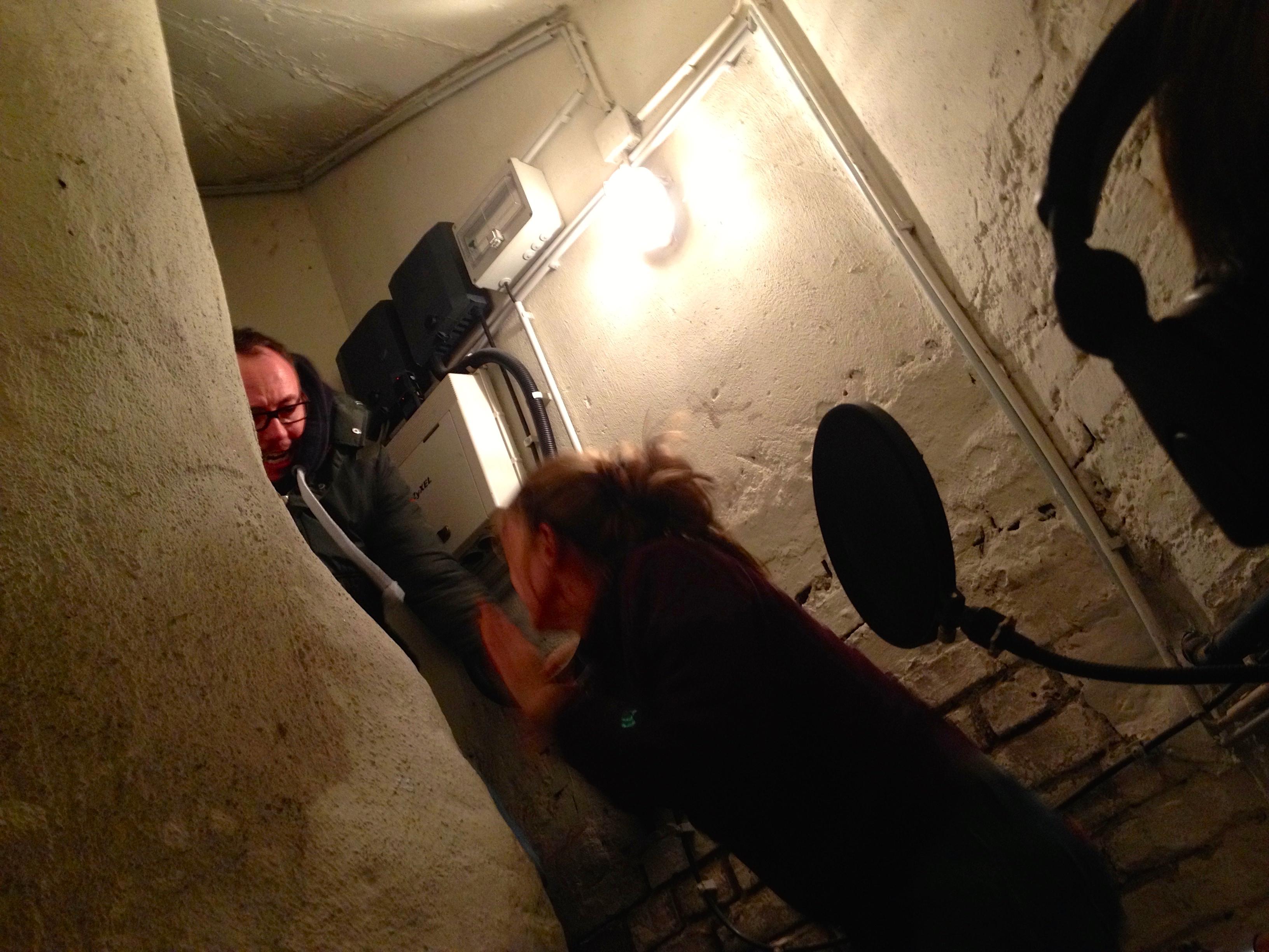 Szenenfoto: Micha sperrt seine infizierte Freundin Kerstin in den Keller.